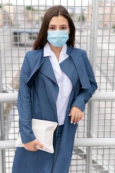 Średnio strzał kobieta nosząca maskę