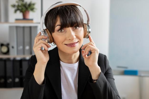 Średnio strzał kobieta noszenie słuchawek