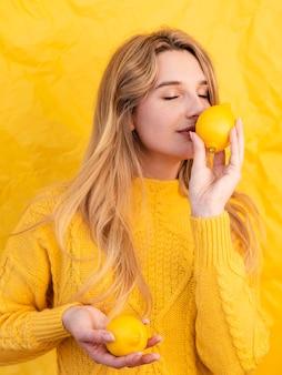 Średnio strzał kobieta pachnąca cytryną
