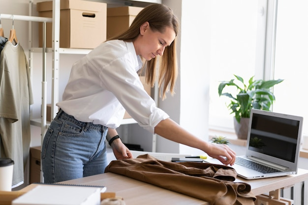 Średnio strzał kobieta pakowania koszuli
