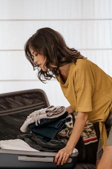 Średnio strzał kobieta pakowania