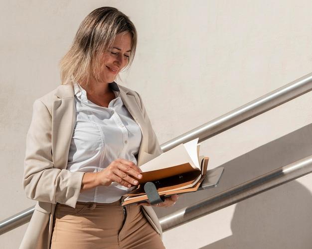 Średnio strzał kobieta patrząc na dokumenty