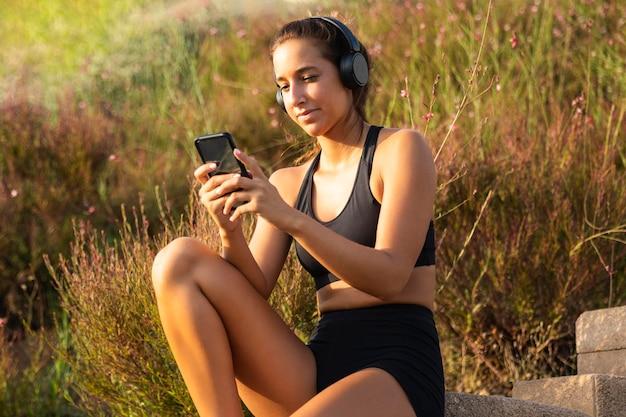 Średnio strzał kobieta patrząc na telefon