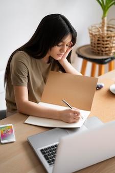 Średnio strzał kobieta pisząca na notebooku