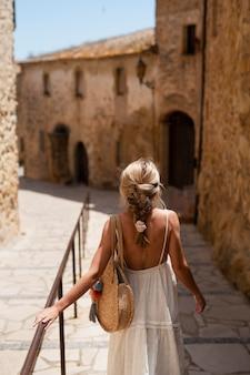 Średnio strzał kobieta podróżująca