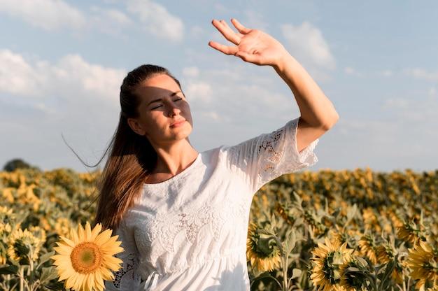 Średnio strzał kobieta pozowanie w słońcu