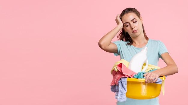 Średnio strzał kobieta pracująca doświadcza bólu głowy