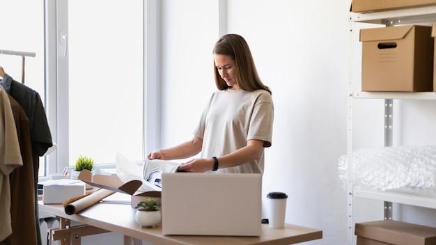 Średnio strzał kobieta pracująca