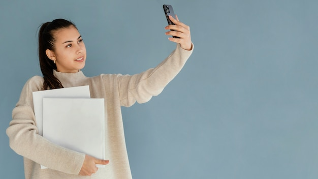 Średnio strzał kobieta przy selfie