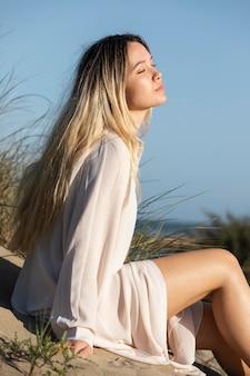 Średnio strzał kobieta relaks na plaży