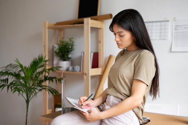 Średnio strzał kobieta robiąca notatki