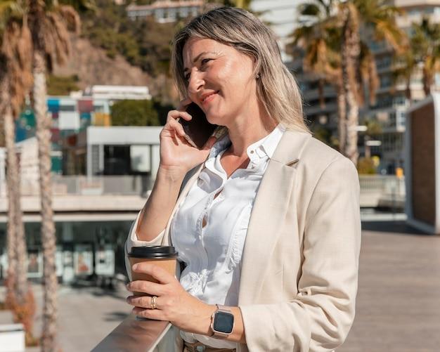 Średnio strzał kobieta rozmawia przez telefon