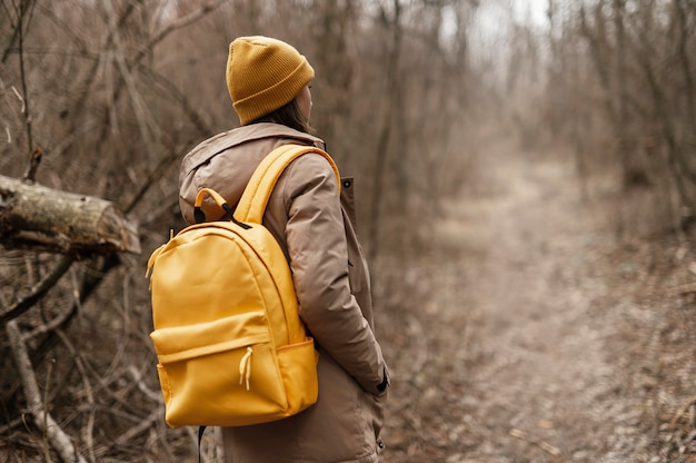 Średnio strzał kobieta spaceru w lesie