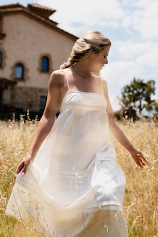 Średnio strzał kobieta spacerująca na świeżym powietrzu