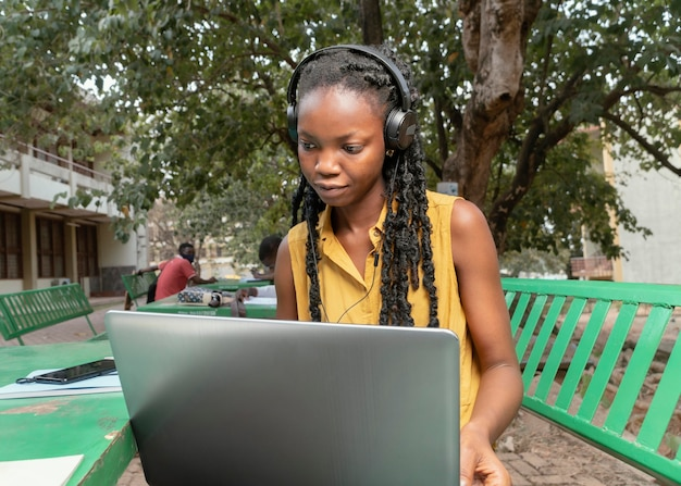 Średnio strzał kobieta studiuje z laptopem