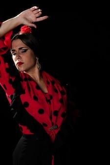 Średnio strzał kobieta tańczy z zamkniętymi oczami