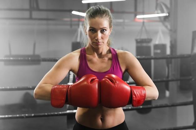 Średnio strzał kobieta trenująca do zawodów bokserskich