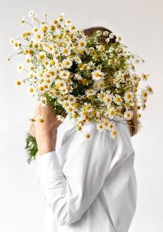 Średnio strzał kobieta trzyma bukiet kwiatów