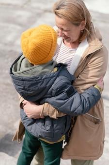 Średnio strzał kobieta trzyma chłopca