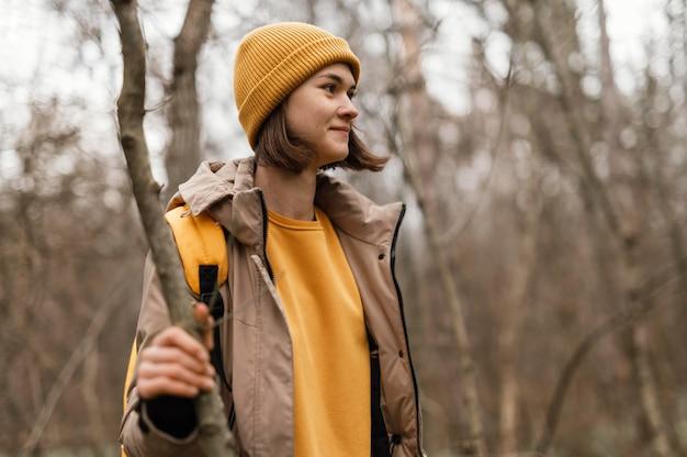 Średnio strzał kobieta trzyma gałąź