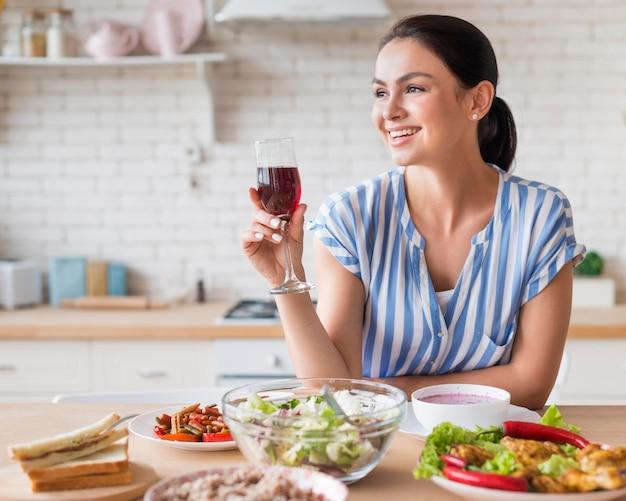 Średnio strzał kobieta trzyma kieliszek do wina