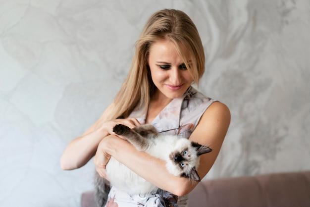 Średnio strzał kobieta trzyma kota