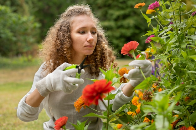 Średnio strzał kobieta trzyma nożyczki ogrodnicze