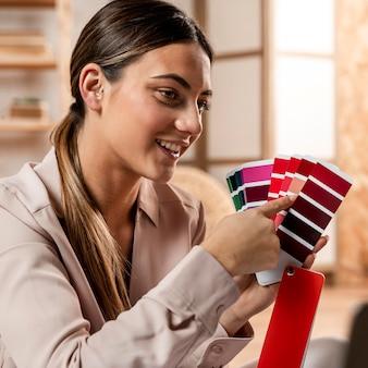 Średnio strzał kobieta trzyma paletę kolorów