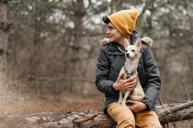 Średnio strzał kobieta trzyma psa