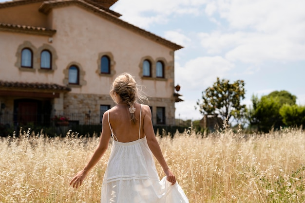 Średnio strzał kobieta trzyma sukienkę