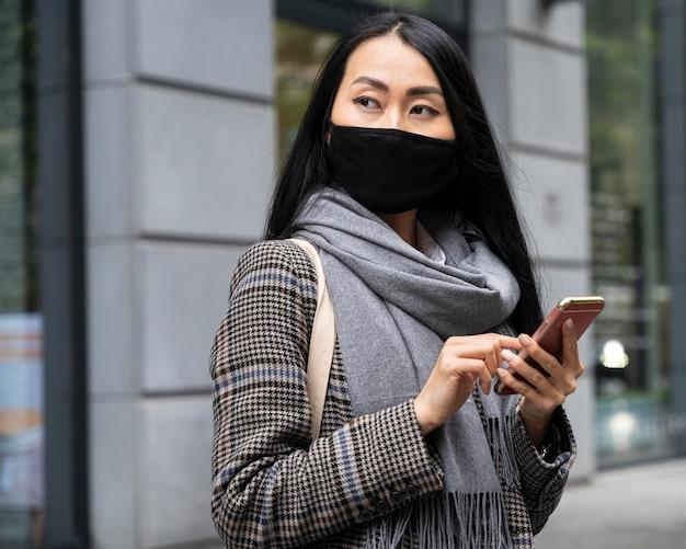 Średnio strzał kobieta trzyma telefon