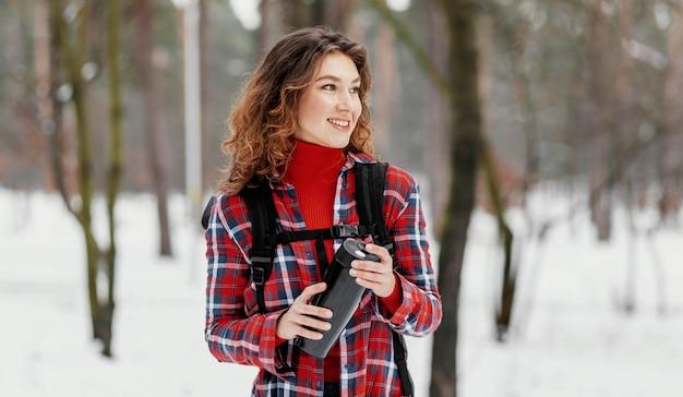 Średnio strzał kobieta trzyma termos
