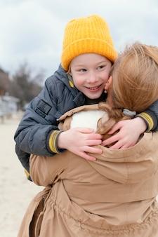 Średnio strzał kobieta trzyma uśmiechniętego chłopca