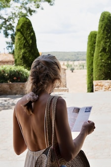 Średnio strzał kobieta trzymająca broszurę