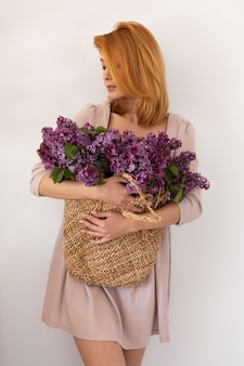 Średnio strzał kobieta trzymająca kosz z kwiatami