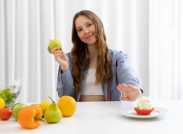 Średnio strzał kobieta trzymająca owoce