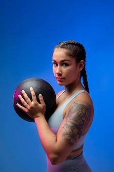 Średnio strzał kobieta trzymająca piłkę
