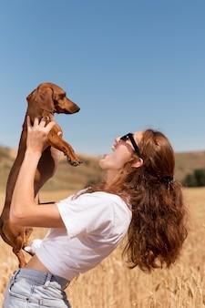 Średnio Strzał Kobieta Trzymająca Psa Premium Zdjęcia