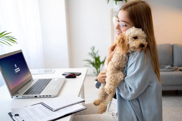 Średnio strzał kobieta trzymająca psa