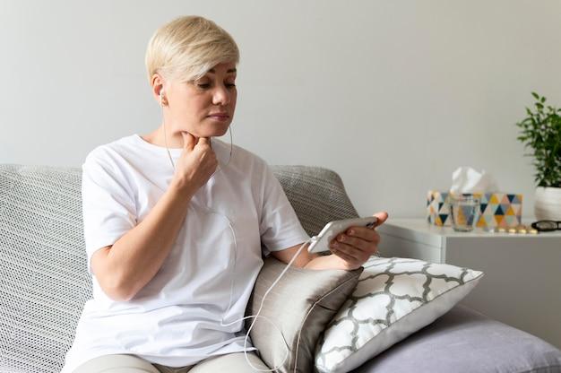 Średnio strzał kobieta trzymająca smartfon