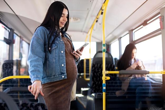 Średnio strzał kobieta trzymająca telefon