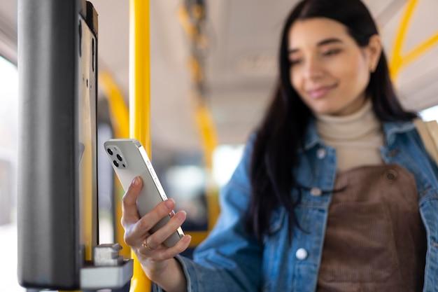 Średnio Strzał Kobieta Trzymająca Telefon Darmowe Zdjęcia