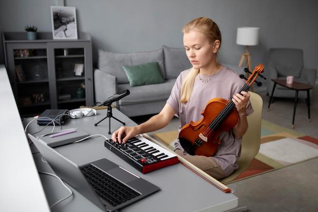 Średnio strzał kobieta tworząca muzykę