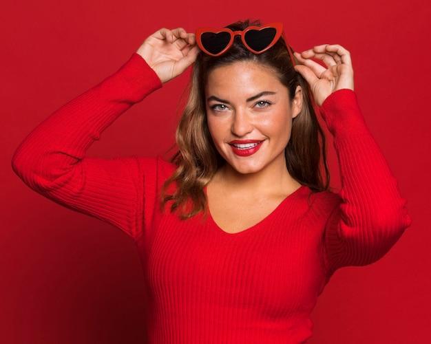 Średnio strzał kobieta w okularach przeciwsłonecznych