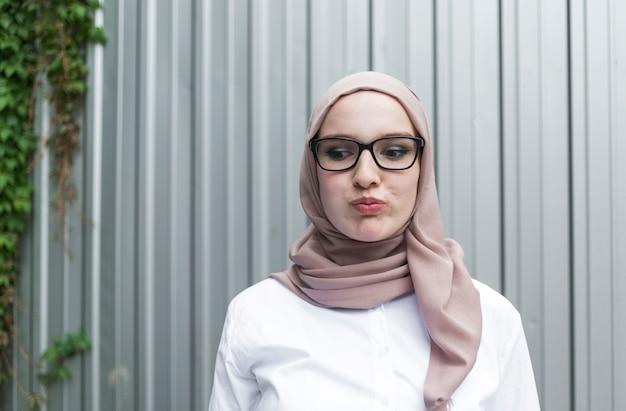 Średnio strzał kobieta w okularach