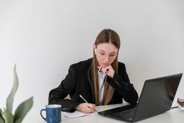 Średnio strzał kobieta w pracy