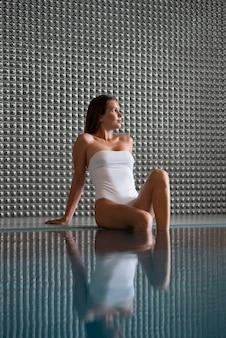 Średnio strzał kobieta w stroju kąpielowym