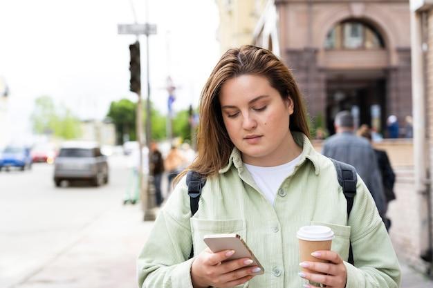 Średnio strzał kobieta z filiżanką kawy