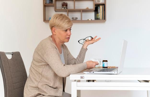 Średnio strzał kobieta z laptopem w pomieszczeniu