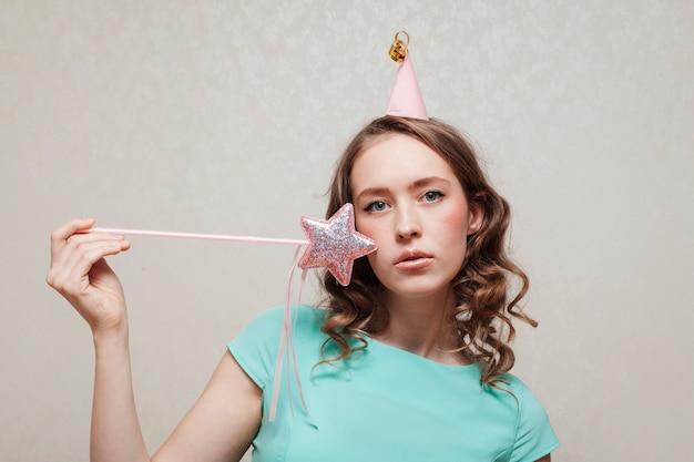 Średnio strzał kobieta z party hat i gwiazda